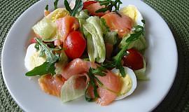 Ledový salát s uzeným lososem a křepelčími vejci