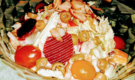 Míchaný zeleninový salát s růžovou majonézou