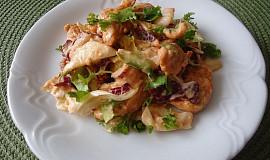Mix salátů s kuřecím masem a dresinkem