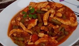 Rajčatový kuřecí guláš s fazolkami