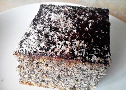 Makovec vylepšený čokoládovou polevou a posypaný strouhaným kokosem je dezertem pro náročnější.