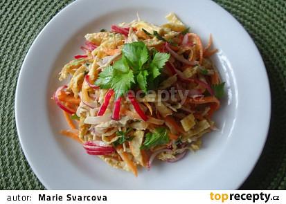 Salát s trhaným vepřovým masem a vaječnou omeletou
