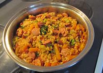 Rýže s klobásou a zeleninou z jedné pánve