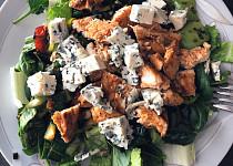 Salát s grilovaným kuřetem a modrým sýrem