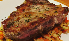 Steak z krkovice medium well na zelenině