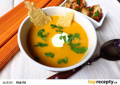 Krémová polévka z pečené zeleniny s krutonky a parmazánovým chipsem