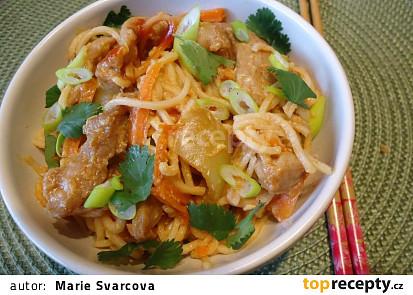 Pikantní Chow mein nudle s vepřovými nudličkami