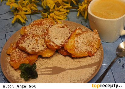 Tvarohové smaženky s jablečnými kostičkami