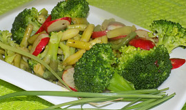 Brokolicovo-ředkvičkovo-fazolkový salát