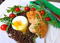 Losos na tymiánu se zelenou čočkou a pošírovaným vejcem