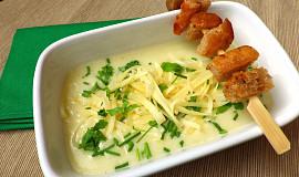 Zeleninový krém se sýrem a chlebovými krutonky