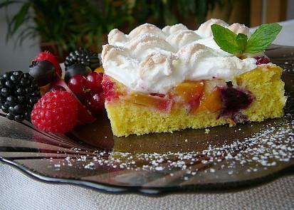 Letní ovocný koláč se sněhovou mřížkou