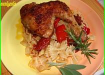 Pečená kuřecí stehna s paprikou a sušenymi rajčaty.