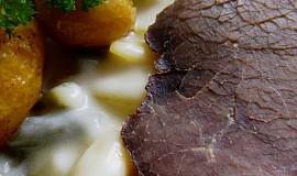 Smetanové fazolky s hovězím masem a máslovými brambůrky