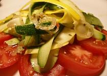 Cuketový salát s horkou zálivkou