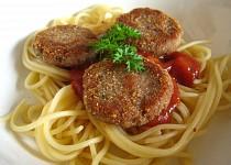 Tuňákové medailonky se špagetami a středomořskou omáčkou