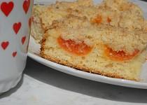 Meruňkový koláč s marcipánovou nebo kokosovou drobenkou