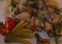 Kuřecí ragú s liškami a kyselými okurkami