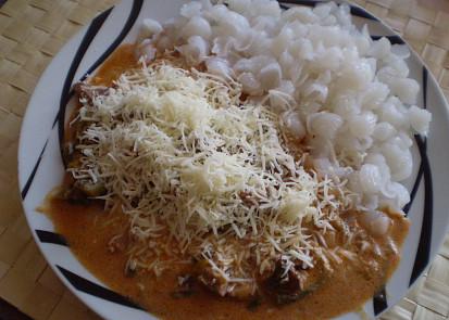 Sypeme sýrem a můžeme přizdobit červenou paprikou