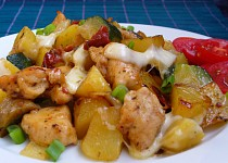 Kuřecí s brambory, cuketou a žampiony