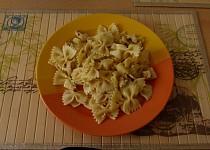 Těstovinový salát s kuřecím masem a ananasem