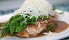 Máslový kuřecí plátek se zeleným chřestem a parmezánem