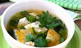 Brokolicová polévka s medvědím česnekem a krupkovou omeletou