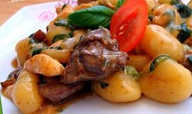 Gnocchi  s kuřecími játry, prsíčky a špenátem