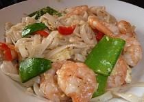 """Pad Thai"" nebo opékané rýžové nudle s krevetami a zeleninou"