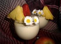 Ananasový koktejl s jahodami