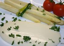 Vařený chřest s jemnou sýrovou omáčkou