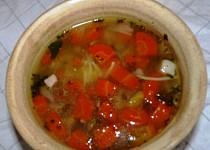 Polévka z uzeného vývaru s mrkví a brokolicí a smaženicí