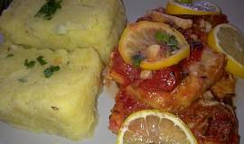 Rybí filé a na rajčátkách  a citronech