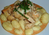 Kuřecí prsa s krémovou sýrovo-rajčatovou omáčkou