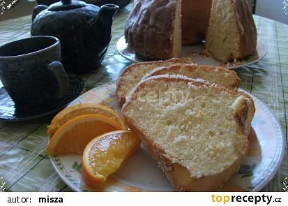 Pomerančová bábovka s pomerančovou polevou.