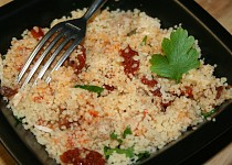Pikantní kuskus se sušenými rajčátky a kuřecím masem