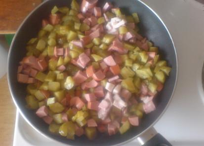 osmahnout párky slaninu salám a okurky stačí pár minutek