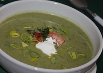 Pórková polévka s lososem a koprem