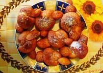 Smažené uzlíky sypané skořicovým cukrem