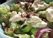 Avokádovo-okurkový salát s citrónovým dresinkem