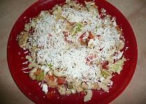 Těstovinovo-zeleninový salát s kuřecím masem