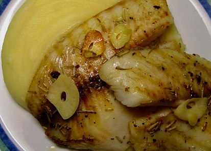 Tilápie na rozmarýnu s česnekem