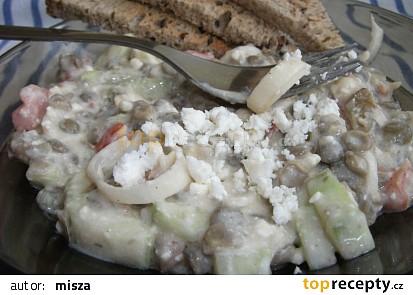 Čočkový salát s balkánským sýrem.
