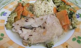 Rybí filé dušené na zelenině podávané s jáhlami na česneku