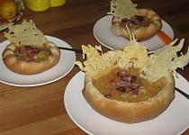 Polévka v chlebových talířcích se sýrovou krajkou a slaninkou