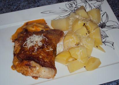 Pepinova rybka s bramborem, malinko posypaná nastrouhaným Eidamem.