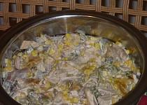 Salát z drůběžího masa s broskvemi a kukuřicí