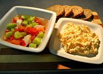Mrkvová pomazánka s křenem a zeleninový salát s krabem