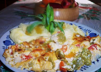Rybí filety přikryté zeleninou, dvěma sýry a zakysanou smetanou