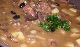 Uzená polévka s luštěninami, houbami a bramborami